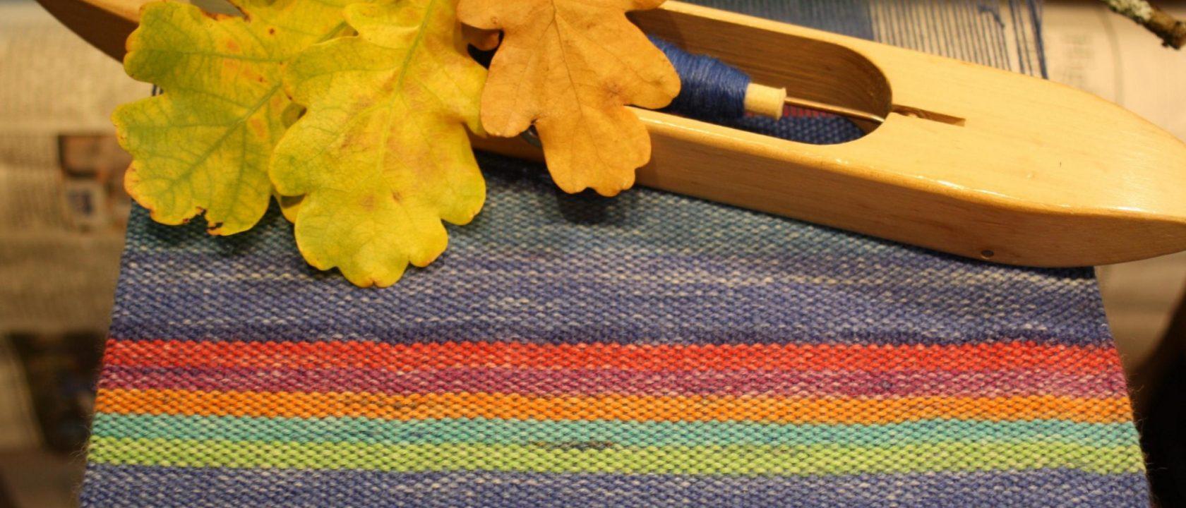 Blauer handgewebter Schal mit bunten Streifen