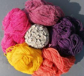Pflanzengefärbtes-Garn-in-verschiedenen-Farben-Gittas-verkstad