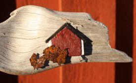 Rotes-Schweden-Haus-auf Treibholz-Gittas-verkstad
