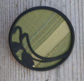 brosche-mit-einlage-aus-grünem-stoff-gittas-verkstad