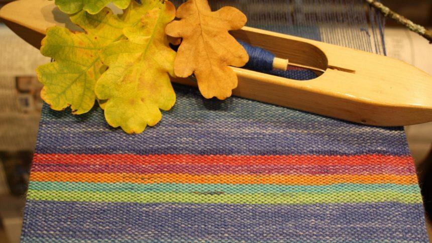 Blå randig handvävd halsduk i silke, alpacka och opalgarn