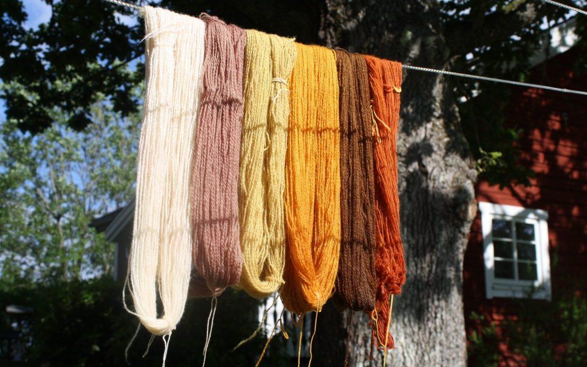 växtfärgad garn i olika färger