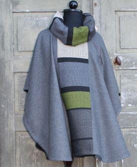 Poncho-grå-med-vävt-smycke-och-halsduk-Gittas-verkstad