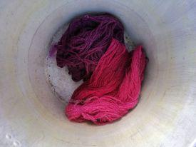 Garn-färgad-med-koschenill-och-brasilträd-Gittas-verkstad