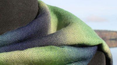 Handvävda halsdukar, sjalar och mer