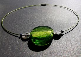 halsring-med-grön-glassten-och-silver-sniglar-gittas-verkstad